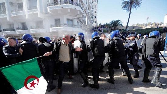 الأمن الجزائري يعتقل عدد من المتظاهرين بالقرب من القصر الرئاسي