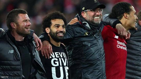كلوب محتفلا مع اللاعبين بعد الفوز على برشلونة
