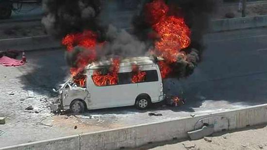 يقتلان سائقا ويحرقان جثته داخل «ميكروباص» انتقاما من زوجته
