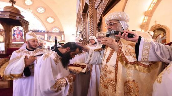 بالصور.. البابا يرسم كاهن كنيسة السادات قمصًا