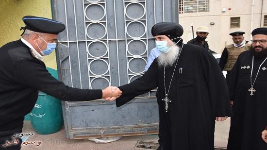 أسقف بني سويف يدلي بصوته في جولة الاعادة في الانتخابات البرلمانية